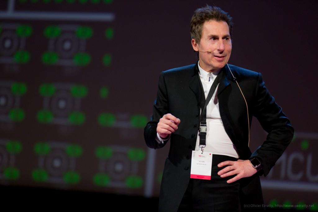 TEDxParis-Alain-Bensoussan sur scène 2