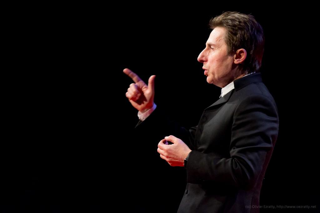 TEDxParis-Alain-Bensoussan sur scène 6