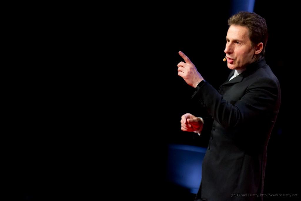 TEDxParis-Alain-Bensoussan sur scène 7