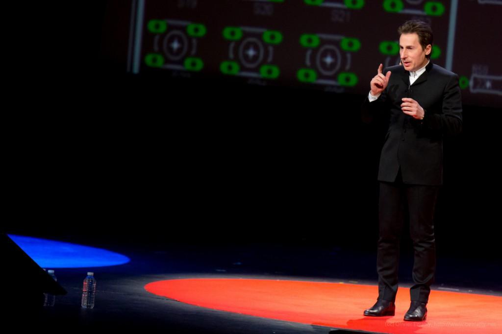 TEDxParis-Alain-Bensoussan sur scène 8